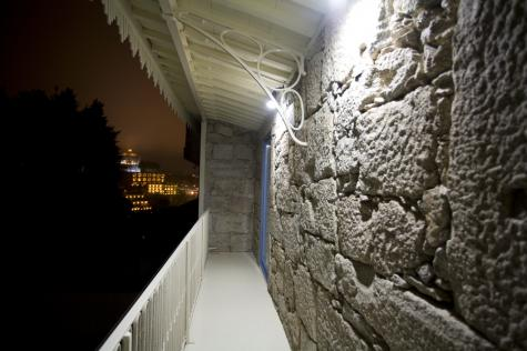 The balcony of the Douro room at night.