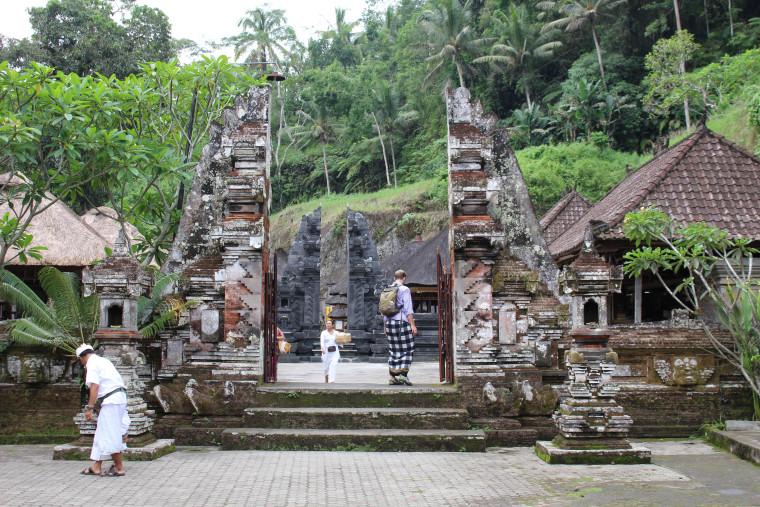 Trav-walking-at-Gunung-Kawi